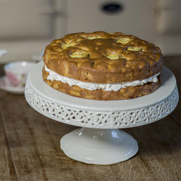 making cakes with oil apple cake